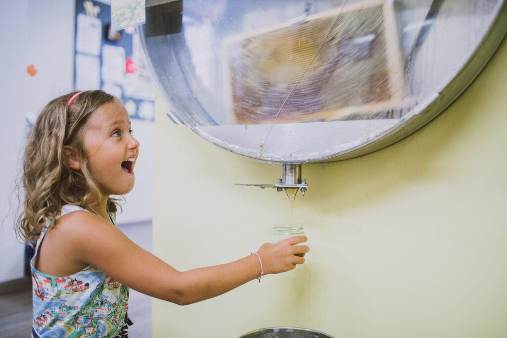 Mädchen beim Honig schleudern in der Erlebnisimkerei Seeg