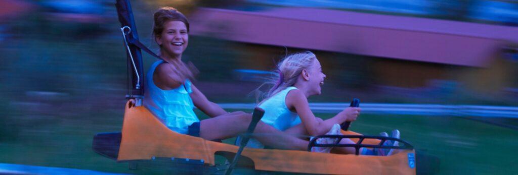 zwei Mädchen auf dem Alpin Coaster der Blombergblitz Rodelbahn